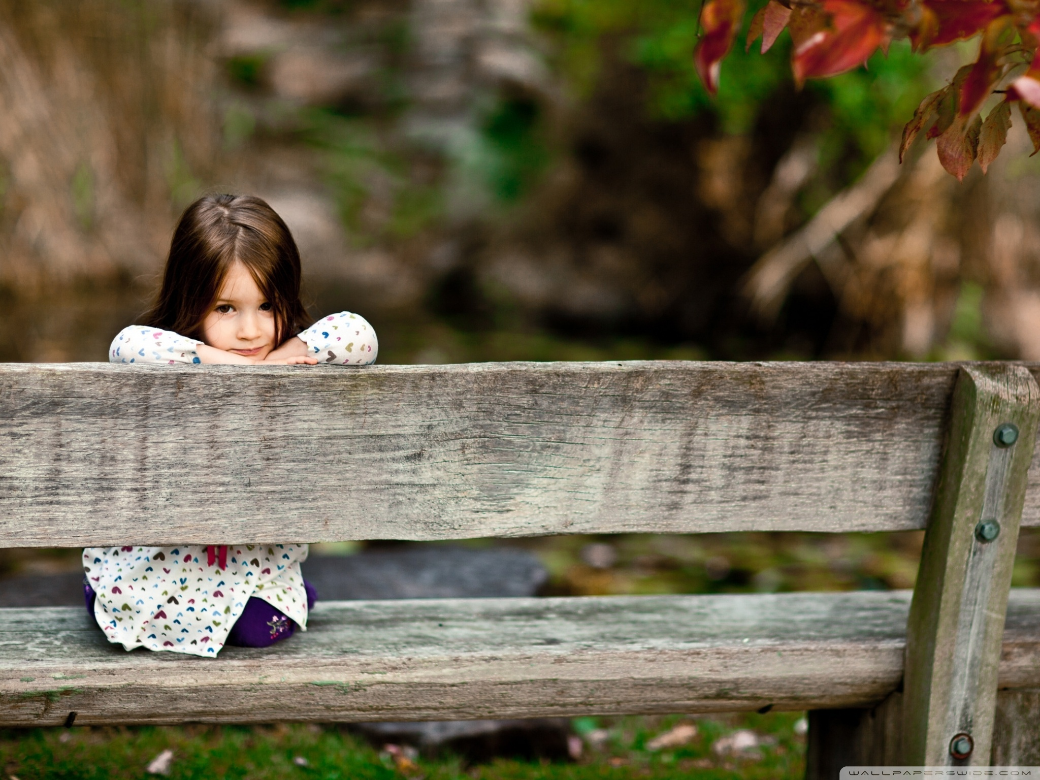 child_sitting_on_a_bench-wallpaper-2048x1536